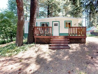 Charming family-friendly cabin with outdoor firepit - close to the lake and golf
