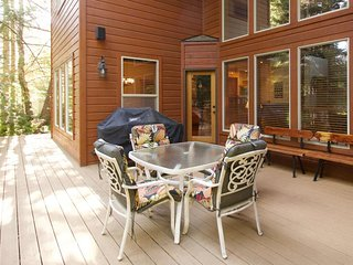 Family-friendly home with shared pool and jet tub - close to Payette Lake!
