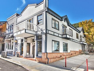 Luxurious urban condo located in the heart of town - walk to lifts!