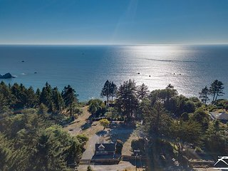 Stagecoach Cabin * Oceanside Lodge-5 Acres,Ocean Views,Bluffside Seating