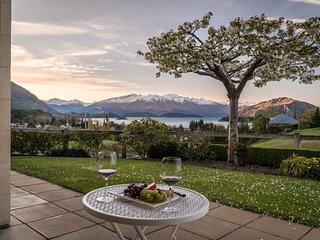 Close to town & golf course, this luxury holiday home has views of Lake Wanaka.