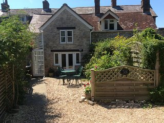 Pretty three bedroomed cottage close to Weymouth near the scenic Jurassic Coast