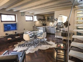 Spacious Arena Deluxe apartment in Verona with WiFi.