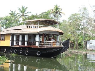 OSTRICH DREAM CRUISE ,1 ROOM A/C HOUSEBOAT