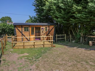 RAILWAY CARRIAGE, open-plan, perfect for couples, characterful interior, in Govi