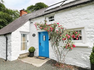 ROSSLARE COTTAGE, farmhouse cottage, traditional high ceilings, Broughshane 2 mi