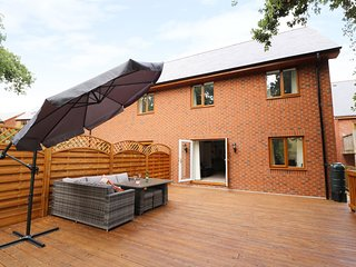 BROOK COTTAGE, decking with views, in Builth Wells