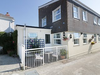 KYNANCE, open-plan living, Mullion Cove 1 mile, on Lizard Heritage Coast, Ref 96
