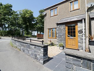 TY CORNEL, homely cottage, in Penrhyndeudraeth