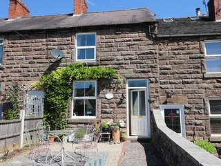 4 ECCLESBOURNE COTTAGES, family and pet-friendly, walks and cycle routes nearby,