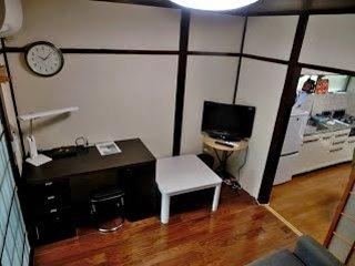 ons huis heeft 2 winkels. op de eerste verdieping: keuken, show, bad, wasplaats, toilet en woonkamer.