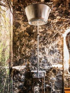 Baño con ducha decorada con palangana