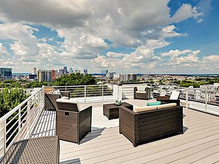 Chic 3BR/3.5BA - 2 Balconies, Rooftop Deck w/ 360-Degree View - Near Downtown