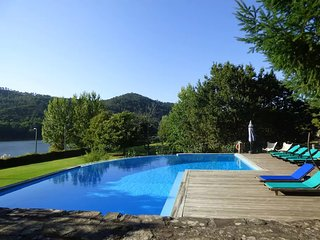 Beautiful 2 bedroom wood House by the Douro River