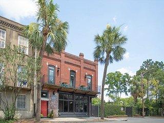 Bright & Spacious Loft Among Oak Trees, Walk Everywhere by Lucky Savannah