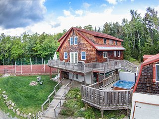 Perfect 7 Br. Mt. Snow Getaway with Hot Tub and Private Tennis Court!