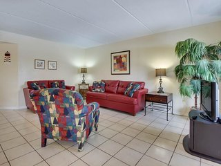 Bright family-friendly condo with sparkling shared pool - close to the beach