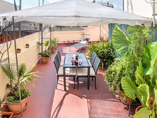 Spacious apartment very close to the centre of Barcelona with Lift, Parking, Int