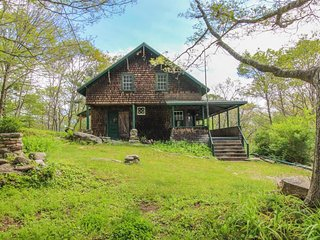 Historic home w/ large deck, walk to the beach & downtown!