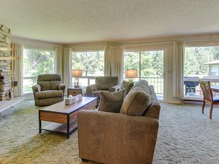 Charming mountainside condo w/ private balcony - close to golf & Govt. Camp