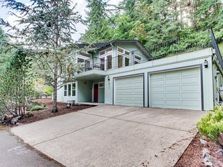 Beautiful home near Ridgeline Trail w/ a fireplace, gas grill & large deck!