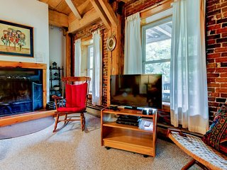 Converted urban condo w/ views - walk to dining & shopping, shuttle to skiing!
