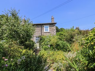 2 BEACON HIGH, family friendly, character holiday cottage, with a garden in Lind