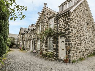 TY'R ANWYLYD, charming stone cottage, in Dolgellau and Snowdonia