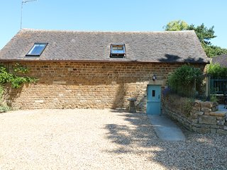 DANVERS BARN, studio accommodation with exposed beams, near Banbury