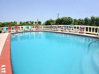 STROLL TO A WHILE SANDY BEACH! COOK! BUTLER! FAMILY-Pineapple, Silver Sands 7BR