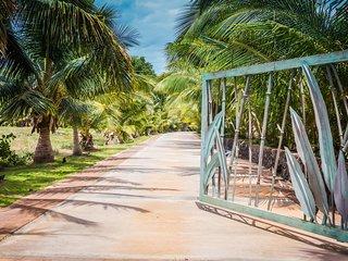 Aloha AKU Ohana Suite - Beachfront 2 BR/2Bath, LRw/Full Kit, Lanai, AC, WiFi