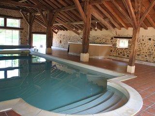 Gite de grande capacite avec piscine couverte