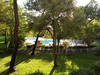 Albertine, appartement avec terrasse ombragée vue sur golf et piscine FR7G997A