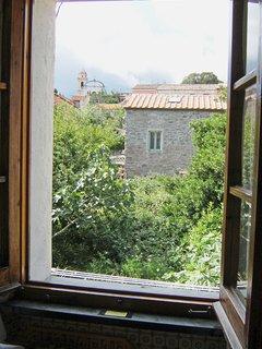 Vista verso Sud dalla finestra del bagno, sui giardini e facciata della Chiesa.