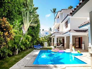 LUXURY VILLA GEMELAS, 6 BR,9 BT, PRIVATE POOL,MAID,BBQ; LOS CORALES BEACH!