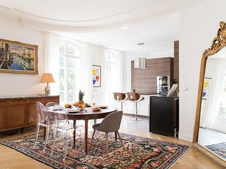 52. LOVELY PARISIAN CHARM - SPACIOUS 3BR FLAT BY THE EIFFEL TOWER