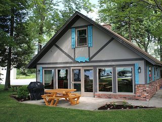 HOUGHTON LAKE CHALET-Gorgeous Houghton Lake cottage- 4 bedrooms, 1.5 bathrooms