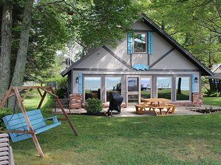 HOUGHTON LAKE CHALET-Central A/C just added for 2019! Houghton Lake cottage- 4 b