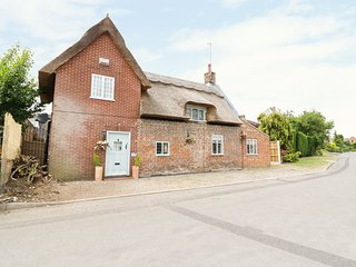 LITTLE TIMBERS, character interior, exposed beams, pet-friendly, near Acle