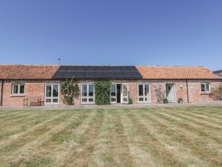 COW BYRE, barn conversion with en-suites and views, near Malton