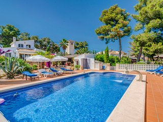 Casa Felicia, Javea, sleeps 6 people in 3 bedrooms, offers air con, wifi, pool