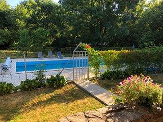 Jolie fermette avec piscine privee pour 2-10 p. entouree d'une belle nature.