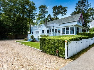 VANAL - Classic Updated Gingerbread Cottage, 5 Minute Stroll Along Harbor to Bea