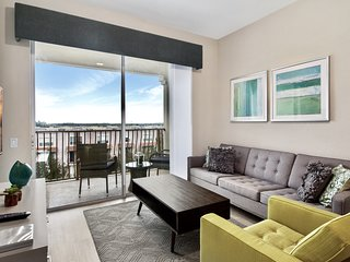 New Vista Cay Penthouse Near Parks & Convention Center