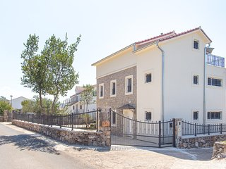 Lovor Villa - Spacious 4 bedroom/3 bathroom holiday home in a tranquil village
