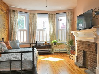 Eco-Chic World Traveler Freedom Trail Apartment With Parking in Charlestown