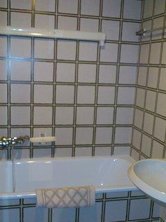 bagno con vasca, stendi panni e asciugacapelli
