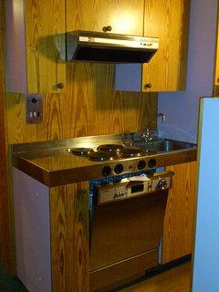 angolo cottura, accessoriato con lavastoviglie frigorifero forno ferro da stiro