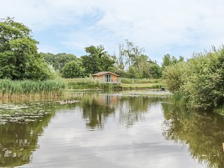 LAKESIDE LODGE, detached lodge next to lake, one double bedroom, ideal for a