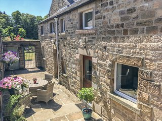 OLD FARM HOUSE, stone-built annexe, en-suite, Smart TV, off road parking